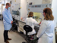 הנסיך וויליאם מבקר במעבדה באוקספורד, שבה מפתחים חיסון לקורונה  / צילום: Steve Parsons, Associated Press