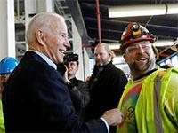 המועמד הדמוקרטי לנשיאות, ג'ו ביידן, במפעל של פיאט קרייזלר, מרץ / צילום: Brendan McDermid, רויטרס