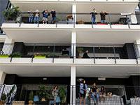 מרפסת לכל דירה. לספוג ויטמין D בלי לצאת מהבית / צילום: Amir Cohen, רויטרס