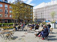 סועדים במאלמו, שוודיה, יושבים בשולחנות שפיזרו מחוץ לבית קפה כדי לשמור על ריחוק חברתי / צילום: Ludvig Thunman, רויטרס