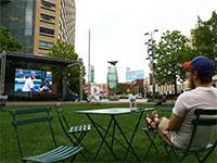 """צפייה בשידורי ספורט מקוונים בפארק בדטרויט, ארה""""ב  / צילום: Rodney Coleman-Robinson, רויטרס"""