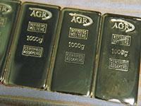 מטילי זהב בבית זיקוק באוגנדה. עלות כריית הזהב משתנה משמעותית בין מכרות שונים בעולם / צילום: BAZ RATNER
