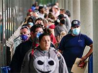 מובטלים בקנטקי ממתינים לתורם בלשכת התעסוקה, ביוני / צילום: Bryan Woolston, רויטרס