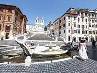 המדרגות הספרדיות ברומא, יולי. בימים רגילים אתרי התיירות היו עמוסים במטיילים / צילום: Cecilia Fabiano, Associated Press
