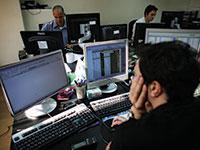 חדר עסקאות של אחד מבנקי ההשקעות בתל אביב / צילום: Dan Balilty, Associated Press