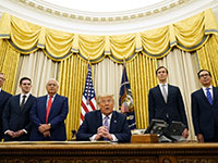 הנשיא טראמפ בחדר הסגלגל עם צוות משרדו בהצהרה על נירמול היחסים  / צילום: Andrew Harnik, Associated Press
