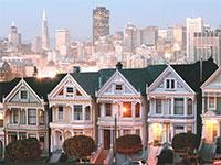 בתים ויקטוריאניים על רקע קו הרקיע של סן פרנסיסקו. עלות הדיור הגבוהה מבריחה את ההייטקיסטים / צילום: Marcio Jose Sanchez, Associated Press