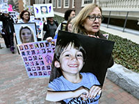 """מתוך הפגנות של משפחות בארה""""ב שאיבדו את ילדיהם כתוצאה ממנות יתר של משככי כאבים מבוססי אופיום  / צילום: Josh Reynolds, Associated Press"""