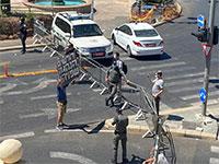 מפגינים מול מאהל ההפגנה / צילום: אין מצב