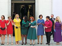 חברות פרלמנט מהשמאל תיאמו את לבושן כך שייראו כמו דגל גאווה אנושי בטקס השבעת הנשיא הפולני השמרן, אנדז'יי דודה, שמביע עמדות הומופוביות באופן תדיר, החודש  / צילום: Czarek Sokolowski, Associated Press