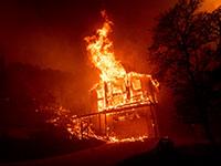 בית בוער במחוז נאפה. התושבים חוששים להתפנות למקלטים של הרשויות, מחשש להידבק בקורונה / צילום: Noah Berger, AP
