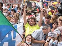 """""""נבלני הורעל"""", אומר השלט. הפגנת תמיכה בנבלני בעיר חברבוסק שבמזרח הרחוק הרוסי / צילום: Igor Volkov, Associated Press"""
