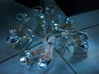 """הנעליים של החשפניות במועדון ה""""פוסיקט"""". אחת התחנות בסיור שלוקח אל מאחורי הקלעים  / צילום: דני ג'ייקוב"""