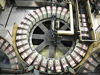 הדפסת דולרים בלשכה לחריטה והדפסת מטבעות ושטרות בוושינגטון / צילום: Gary Cameron, Associated Press