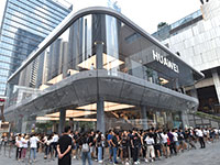 חנות של ענקית הטכנולוגיה וואווי בעיר, שמאכלסת כמה מהחברות החדשניות בעולם / צילום: Deng Fei, רויטרס