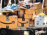 אמזון. הצרכנים מזמינים יותר באונליין בזמן מגפת הקורונה  / צילום: Mark Lennihan, Associated Press
