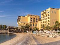 קו החוף באבו דאבי שמלא במלונות / צילום: shutterstock, שאטרסטוק