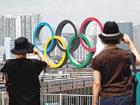 סמל האולימפיאדה בטוקיו. מעט מאוד סוכם מעבר לתאריכים ולמיקום האירועים / צילום: KIM KYUNG-HOON  , רויטרס