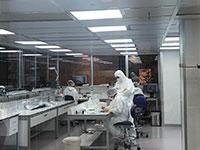 החדר הנקי שבו מייצרים את השתל של V-Wave   / צילום: ארז רוזנפלד