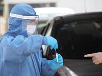 """בדיקות קורונה בדרייב אין, תל אביב. """"מקסימום 800 חולים קשים בגל הזה"""" / צילום: Sebastian Scheiner, Associated Press"""
