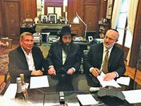 """מימין: אלשטיין, הרב יאשיהו פינטו ונוחי דנקנר בחתימת השותפות / צילום: יח""""צ"""