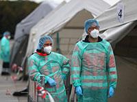 אנשי הצוות הרפואי בתחנת בדיקות הקורונה במתחם אוקטוברפסט במינכן מחכים לקחת דגימות ממתנדבים / צילום: Matthias Schrader , Associated Press