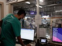 """צוותי רפואה עובדים במחלקת קורונה התת קרקעית שנבנתה בשיב""""א, רמת גן  / צילום: Maya Alleruzzo, Associated Press"""