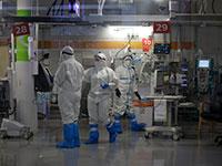 """צוותי רפואה במחלקת הקורונה התת קרקעית בשיב""""א נערכים לקבלת מטופלי קורונה / צילום: Maya Alleruzzo, Associated Press"""
