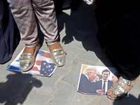 פלסטינית בעזה דורכת על תמונה של טראמפ, נתניהו וקושנר / צילום: צילום: רויטרס, MOHAMMED SALEM