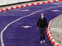 אדם הולך עם מסכה על כביש / צילום: כדיה לוי, גלובס