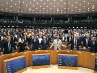 הפרלמנט האירופי לאחר ההצבעה על פרישת בריטניה. הנבחרים שילבו ידיים, חלקם הזילו דמעה ושרו / צילום: רויטרס