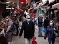 אנשים עם מסכות בשוק הכרמל בתל אביב / צילום: Oded Balilty, AP