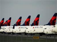 """מטוסי דלתא חונים בשדה התעופה בקנזס סיטי, ארה""""ב / צילום: Charlie Riedel, AP"""