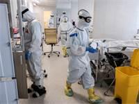 רופאים במחלקת קורונה בבית חולים ברוסיה / צילום: Sophia Sandurskaya, AP