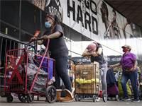 אנשים עומדים בתור לתרומות מזון בניו יורק / צילום: John Minchillo, AP