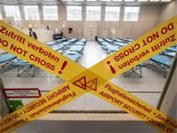 אולם ספורט בגרמניה עם מיטות מוכנות לקליטת חולי קורונה / צילום: Boris Roessler/dpa, AP