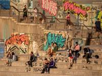 אנשים יושבים בטיילת תל אביב בתחילת מאי / צילום: Ariel Schalit, AP