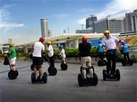 תיירים על סגווי בסינגפור / צילום: Wong Maye-E, AP