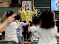 כיתה של ילדים חירשים ביפן.  משננים ריחוק חברתי בשפת הסימנים צילום: רויטרס, Kim Kyung־Hoon