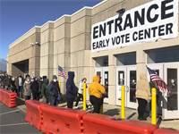 אנשים עומדים בתור להצבעה המוקדמת בבחירות באוהיו / צילום: Andrew Welsh-Huggins, AP