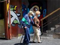 זוג עם מסכות בחיפה / צילום: Ariel Schalit, AP