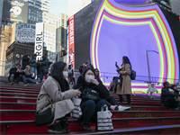 בברודוויי לא מתרגשים מהנגיף / צילום: Wong Maye-E, Associated Press