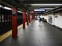 הרכבת התחתית בניו יורק ריקה כמעט לחלוטין בשל התפרצות הקורונה / צילום: John Minchillo, AP