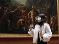 תיירת עם מסכה בלובר / צילום: Francois Mori, AP