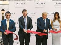 איוונק (מימין), טיפאני, מלניה, דונלד, אריק ודונלד טראמפ ג'וניור, בטקס שנערך במלון טראמפ אינטרנשיונל בוושינגטון ב־2016. מוקד כנסים ופגישות  צילום: רויטרס