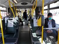 נוסעים באוטובוס ברומא נדרשים לשמור על מרחק זה מזה  / צילום: Remo Casilli, רויטרס