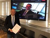 """גונן אוסישקין וטוני דאגלס בעת החתימה הווירטואלית על הסכם השת""""פ בין אל על לאיתיחאד / צילום: דוברות אל על, יח""""צ"""