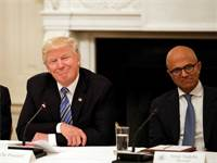 """מנכ""""ל מיקרוסופט סאטיה נאדלה ונשיא ארה""""ב דונלד טראמפ / צילום: Alex Brandon, AP"""
