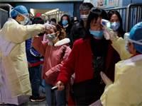 צוותים רפואיים מודדים טמפרטורות גוף של נוסעים ביציאה מרכבת בג'יאנג' בסין על רקע התפשטות נגיף הקורונה / צילום: Thomas Peter, רויטרס