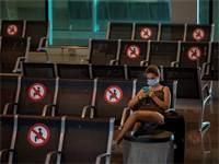 נוסעת בשדה התעופה בברצלונה. מגפת הקורונה פגעה קשה מאוד בענף התיירות / צילום: Emilio Morenatti, AP